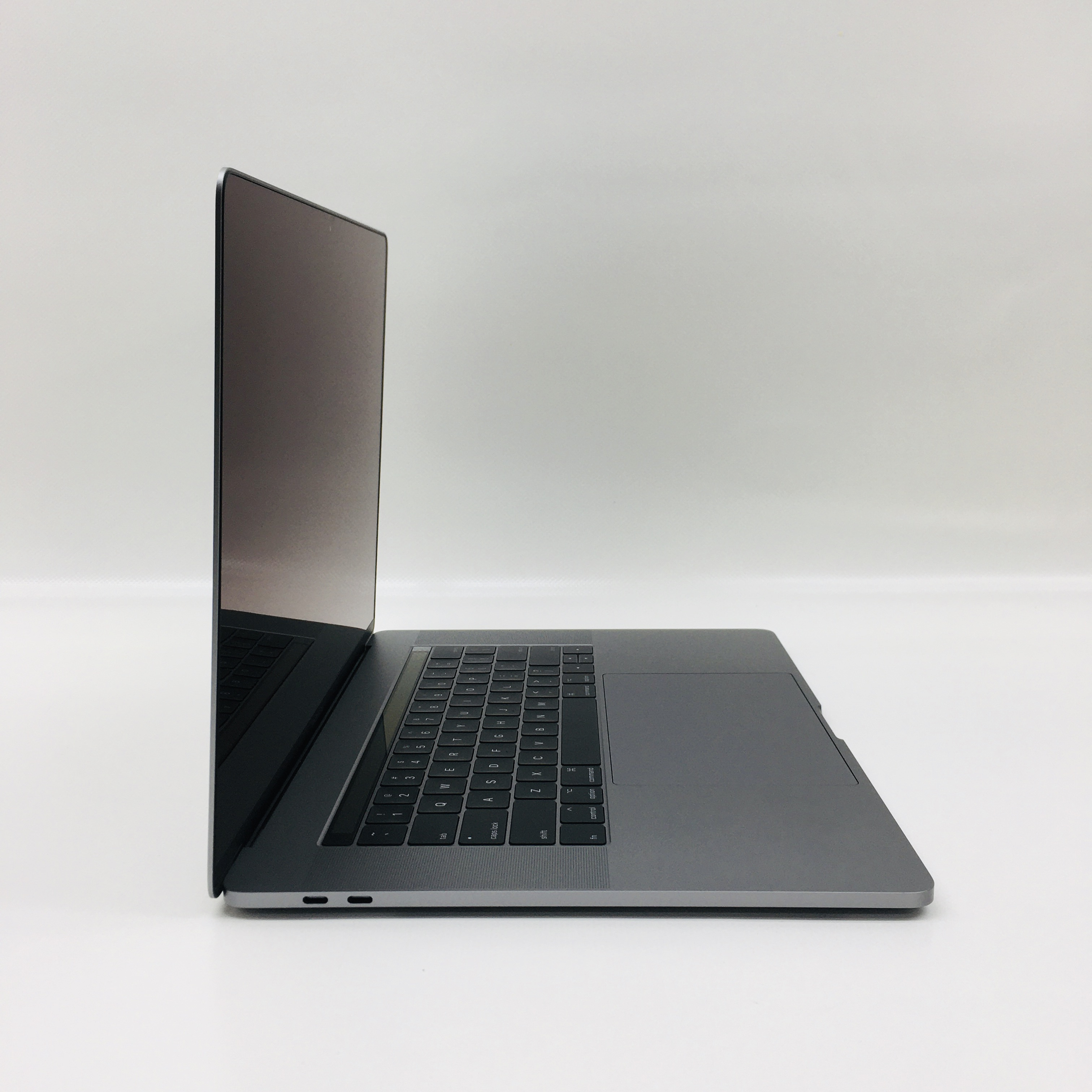 "MacBook Pro 15"" Touch Bar Late 2016 (Intel Quad-Core i7 2.6 GHz 16 GB RAM 256 GB SSD), Space Gray, Intel Quad-Core i7 2.6 GHz, 16 GB RAM, 256 GB SSD, image 2"